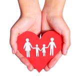 Famille et coeur de papier dans des mains d'isolement sur le fond blanc Photos stock