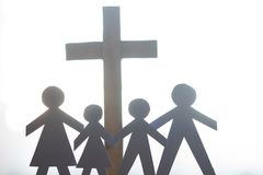 Famille et concept catholique croisé de mode de vie de Pâques Images stock