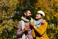 Famille et concept chaud de boissons d'automne Couples dans l'amour Photos stock