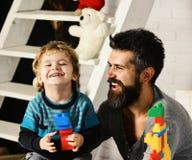 Famille et concept d'enfance Père et fils avec les visages heureux photographie stock