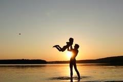 Famille et coucher du soleil