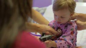 Famille et fille avec le personnel dans Ward Of Hospital pédiatrique banque de vidéos