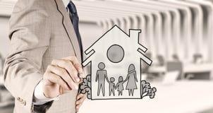 Famille et maison d'aspiration de main comme assurance photo stock