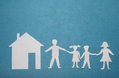 Famille et maison de papier sur le fond texturisé bleu Famille et concept à la maison Concept d'assurance Photographie stock libre de droits
