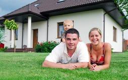 Famille et maison heureuses Images libres de droits