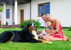 Famille et maison heureuses photographie stock libre de droits