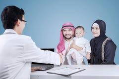Famille et pédiatre Arabes Photographie stock libre de droits