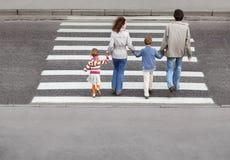 Famille et route de croisement, derrière Image libre de droits