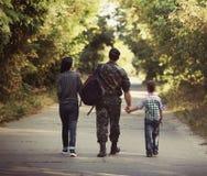 Famille et soldat dans un uniforme militaire Photo stock