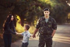 Famille et soldat dans un uniforme militaire Photos stock