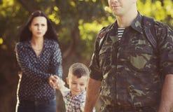 Famille et soldat dans un uniforme militaire Photographie stock libre de droits