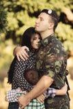 Famille et soldat dans un uniforme militaire Images stock
