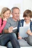 Famille et tablette électronique Photo stock