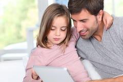 Famille et technologie à la maison Photos libres de droits