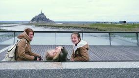 Famille et vue de Mont Saint Michel banque de vidéos
