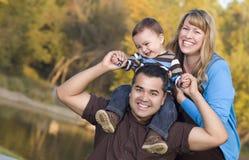 Famille ethnique heureuse de chemin mélangé à l'extérieur image stock