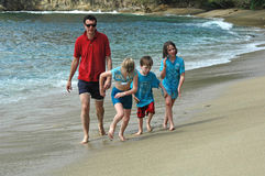 Famille exécutant sur la plage Photos libres de droits