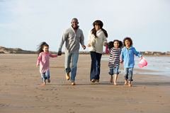 Famille exécutant sur la plage de l'hiver Images libres de droits