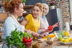 Famille faisant cuire ensemble dans la cuisine Image libre de droits