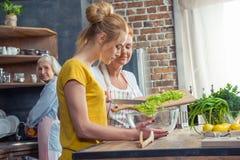 Famille faisant cuire ensemble dans la cuisine Images libres de droits