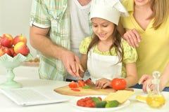 Famille faisant cuire la soupe Photo libre de droits