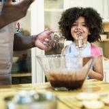 Famille faisant cuire le concept d'unité de nourriture de cuisine photos stock