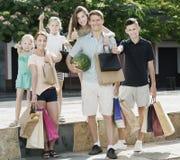 Famille faisant des emplettes heureusement en ville Photos stock