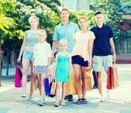 Famille faisant des emplettes heureusement en ville Images stock