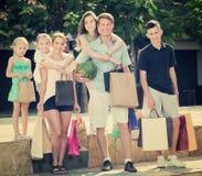 Famille faisant des emplettes heureusement en ville Images libres de droits