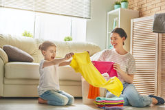 Famille faisant la blanchisserie à la maison photos libres de droits
