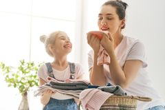 Famille faisant la blanchisserie à la maison photos stock