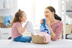Famille faisant la blanchisserie photo libre de droits
