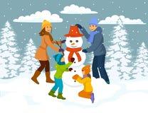 Famille faisant la scène de bonhomme de neige, neige Forest Park d'hiver Image libre de droits
