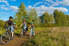 Famille faisant un cycle à l'extérieur Photographie stock