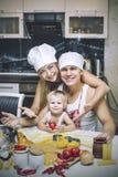 Famille, fille heureuse avec le papa et maman dans rire à la maison de cuisine Photographie stock libre de droits