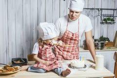 Famille, fille heureuse avec mon papa à la maison dans le laughi de cuisine Image stock