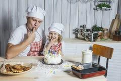 Famille, fille heureuse avec mon papa à la maison dans le rire de cuisine Image libre de droits
