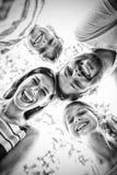 Famille formant le petit groupe contre le ciel image libre de droits
