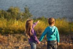famille Frère et soeur par la rivière photographie stock libre de droits
