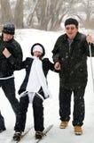 Famille gai en hiver. Photos stock