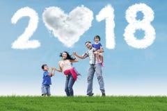 Famille gaie appréciant des vacances en parc Photographie stock libre de droits
