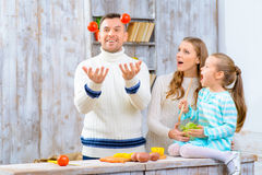 Famille gaie ayant l'amusement dans la cuisine Photos stock