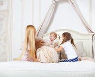 Famille gaie ayant le combat d'oreiller photo stock