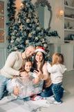 Famille gaie faisant le selfie comique de Noël et montrant des langues photographie stock libre de droits