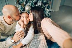 Famille gaie faisant le selfie comique de Noël et montrant des langues image libre de droits