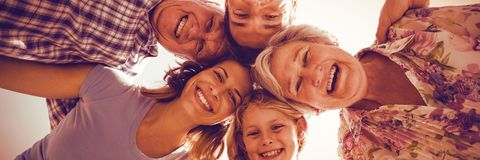 Famille gaie formant le petit groupe image stock