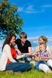 Famille - grand-mère, mère, père et enfants Image libre de droits