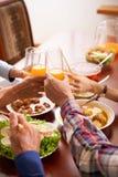 Famille grillant à la table image stock