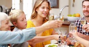 Famille grillant au dîner banque de vidéos