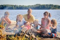 Famille grillant ensemble Photographie stock libre de droits